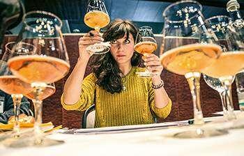 Hier ist ein Bild von einer Frau bei einer Bierverkostung