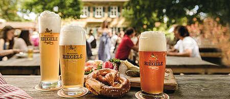 Hier ist ein atmosphärisches Bild des Riegele Biergartens