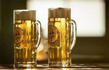 Hier ist ein Foto von zwei Riegele Seidelgläsern, gefüllt mit hellem Bier