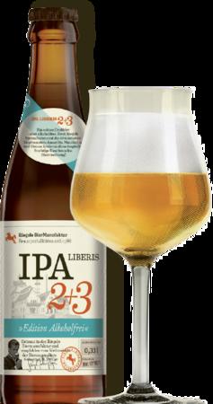 Hier ist eine Flasche IPA Liberis 2+3 mit einem Sommelierglas