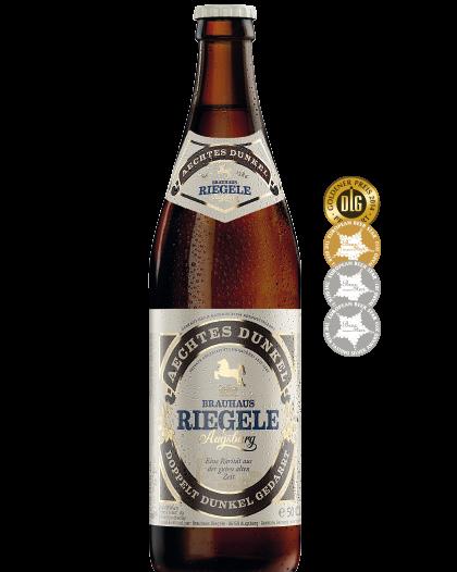 Hier ist eine Flasche Aechtes Dunkel mit den Medaillen, die das Bier gewonnen hat