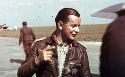 Hier ist ein Foto von Josef Priller auf einer Flugrollbahn