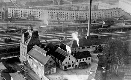 Hier ist eine historische Luftaufnahme des Brauhaus Riegele